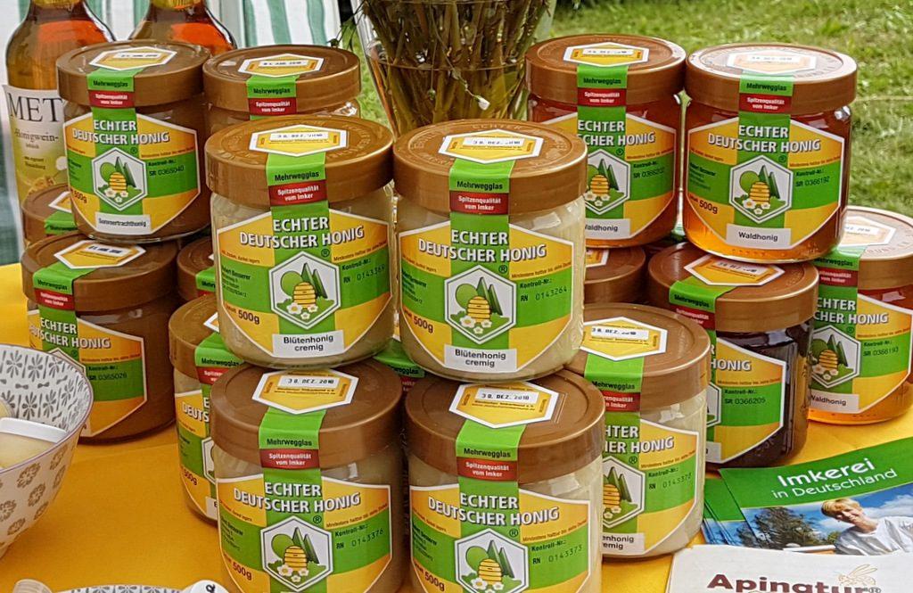 folgende Bienenprodukte ergänzen unser Programm: - Hand- und Fußcremen - Propolislösung - Seifen - Lippen- und Gesichtspflegemittel - Mundhygieneartikel - Honigbonbons - oberschwäbische Blütenpollen